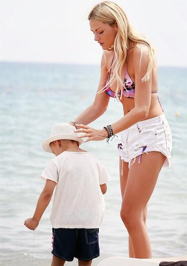 Paparazzi! Η Νάταλι Θάνου στην παραλία για τις πρώτες καλοκαιρινές βουτιές με τον 5χρονο γιο της!