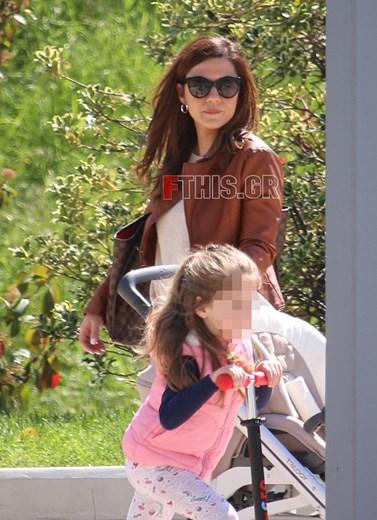 Paparazzi: Η Βάσω Λασκαράκη σε έξοδο με την κόρη της, Εύα!