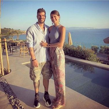 Κι όμως, ο Άκης Πετρετζίκης δεν ακολουθεί στο instagram τη νέα του σύντροφο