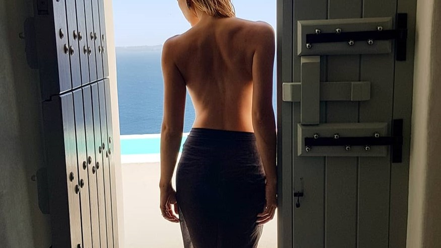 Topless στη Σαντορίνη η Ελληνίδα παρουσιάστρια!