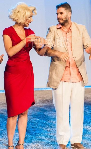 Δείτε πώς ο Αλέξανδρος Μπουρδούμης μιμείται εκπληκτικά τη Μπέττυ Μαγγίρα στο Mamma mia!