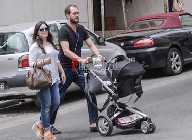 Μαρίνα Ασλάνογλου – Δημοσθένης Πέππας: Στο κέντρο της Αθήνας μαζί με τον 5 μηνών γιο τους