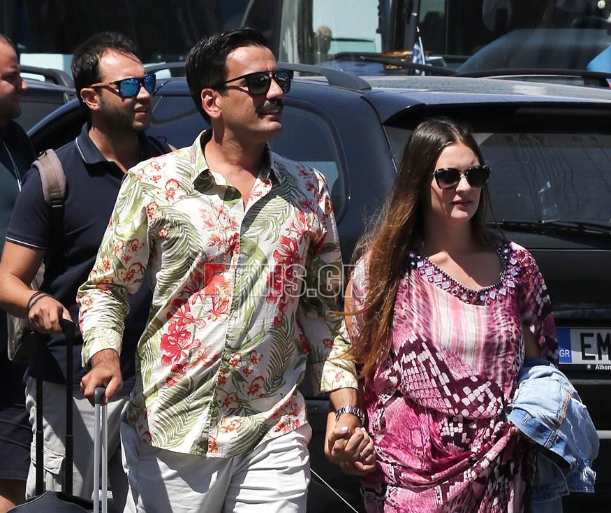 Paparazzi: Ο Τόνι Σφήνος για διακοπές στη Σαντορίνη με τη σύζυγό του, Ιωάννα Γραμματικού