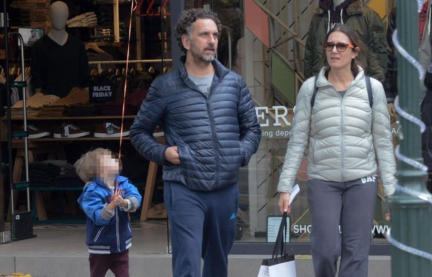 Paparazzi! Σπάνια δημόσια έξοδος για τον Νίκο Ψαρρά και την οικογένειά του