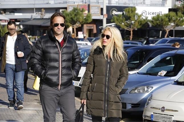 Paparazzi! Η Ελένη Μενεγάκη και ο Μάκης Παντζόπουλος στους δρόμους της Γλυφάδας