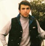 Αναγνωρίζετε ποιος Έλληνας παρουσιαστής είναι ο νεαρός της φωτογραφίας;