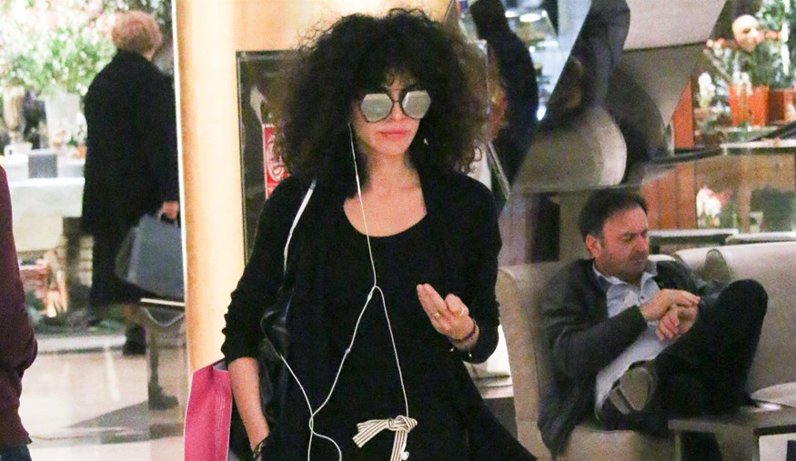 Paparazzi: Η Μαρία Σολωμού με total black look σε εμπορικό κέντρο!
