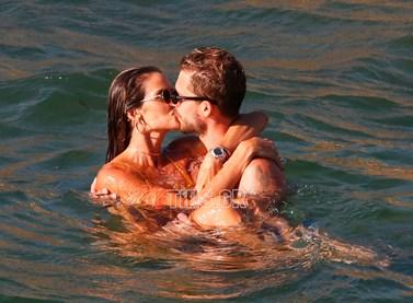 Paparazzi! Μετά τη ρομαντική πρόταση γάμου, κάνουν διακοπές στη Μύκονο και ανταλλάσσουν τρυφερά φιλιά!