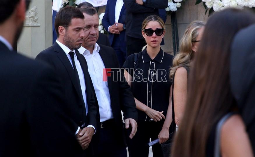 Δημήτρης Θεοδωρίδης - Δούκισσα Νομικού: Συντετριμμένοι στην κηδεία του Σωκράτη Κόκκαλη τζούνιορ