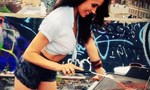 Δείτε τη Μέγκαν Μαρκλ να βγάζει το πουκάμισό της μπροστά στην κάμερα και να ποζάρει με το καυτό σορτς, ψήνοντας χάμπουργκερ!