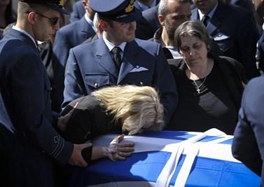 Συγκλονίζει η θεία του Γιώργου Μπαλταδώρου: Σήμερα το πρωί βρήκαν τους γονείς του πάνω στον τάφο