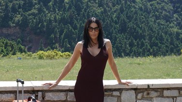 Summer vibes! Η Κέλλυ Κελεκίδου ποζάρει με το μαγιό της