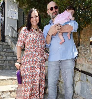 Η Κατερίνα Τσάβαλου ποζάρει από την παραλία μαζί με την 5 μηνών κορούλα της