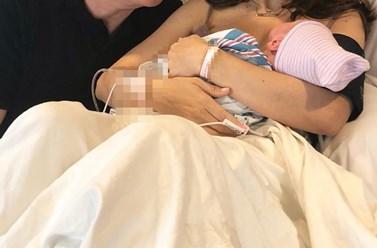 Έγινε μαμά για τετάρτη φορά - Η πρώτη φωτογραφία μέσα από το μαιευτήριο με τον σύζυγό της και το μωρό τους!
