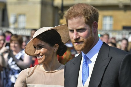 <span class=categorySpan colorPink>Love/</span>Πρίγκιπας Χάρι - Μέγκαν Μαρκλ: H πρώτη επίσημη δημόσια εμφάνιση των νεόνυμφων!