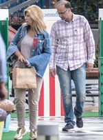 Paparazzi: Η Ζήνα Κουτσελίνη σε κοινή έξοδο με τον σύζυγό της και την κόρη τους!