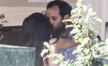 Paparazzi! Τρυφερές αγκαλιές και παθιασμένα φιλιά στη μέση του δρόμου για το ζευγάρι της ελληνικής showbiz!