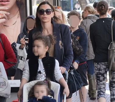 Paparazzi: Η Ιωάννα Μπούκη σε έξοδο με τη μητέρα της, Αθηνά και τις κορούλες της!