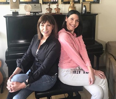 Η τραγουδίστρια, Κωνσταντίνα, μας ξεναγεί στο σπίτι της στη Γλυφάδα και μας συστήνει την 23χρονη κόρη της!
