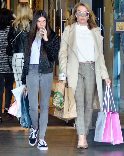 <span class=categorySpan colorGreen>FLife/</span>Paparazzi! Τατιάνα Στεφανίδου: Με άψογο look για shopping με την κόρη της, Λυδία!