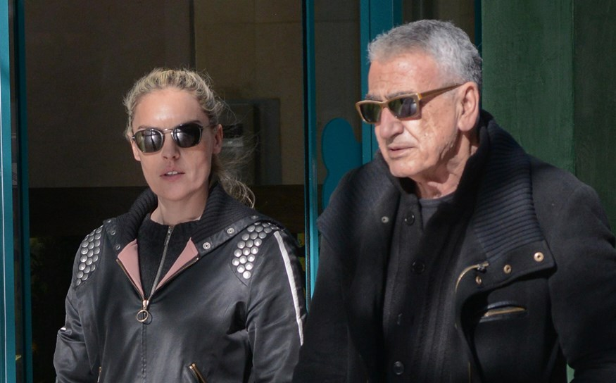 Ο Γιώργος Βογιατζής σε σπάνια δημόσια έξοδο με την κατά 35 χρόνια νεότερή σύζυγό του