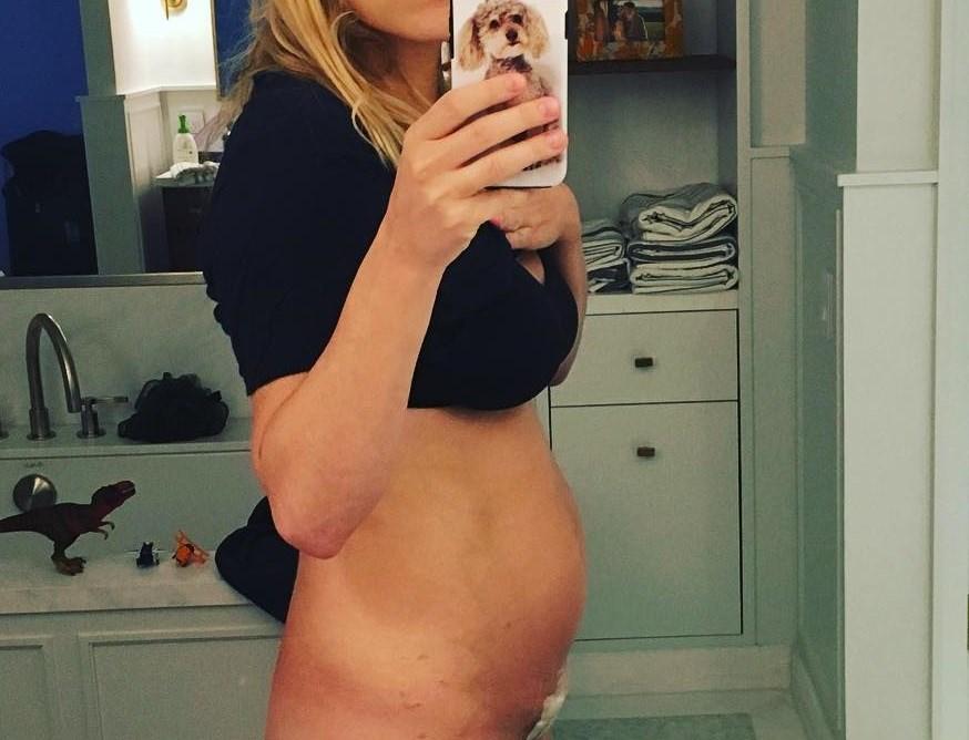 Ακομπλεξάριστη: Διάσημη ηθοποιός μας δείχνει το σώμα της μια εβδομάδα μετά τη γέννα!