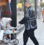 Paparazzi! Σπάνια έξοδος για τον Dj Airth των Vegas με την σύζυγο του και τον 5,5 μηνών γιο τους!