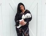Η Kylie Jenner δημοσιεύσε νέες φωτογραφίες με την αξιολάτρευτη κόρη της, Stormi!