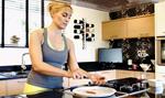 Η Ελεονώρα Μελέτη μπήκε στην κουζίνα και έφτιαξε κουραμπιέδες μαζί με την πεθερά της!