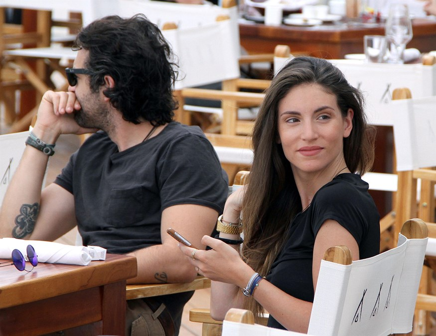 Αθηνά Οικονομάκου: Φωτογραφίζεται με τον Φίλιππο Μιχόπουλο στη Μύκονο και δηλώνει πόσο τον αγαπάει!