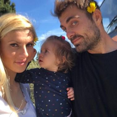 Όλγα Πηλιάκη: Δείτε τη σύζυγο του Στέλιου Χανταμπάκη να ποζάρει μέσα στη μπανιέρα με την κορούλα τους, Μαλένα!