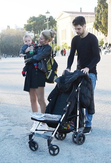 Μικαέλα Φωτιάδη - Γιάννης Μπορμπόκης: Βόλτα στο κέντρο της Αθήνας με τον 10 μηνών γιο τους